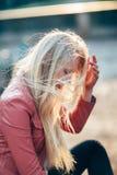 有风的美丽的白肤金发的妇女在头发 情感艺术画象 免版税库存照片