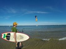 有风筝和Wakeboard的人 库存图片