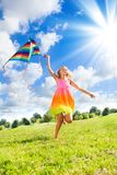 有风筝的十几岁的女孩 库存图片