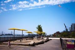 有风筝的女孩在夏天天空 库存图片