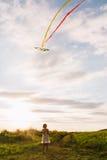 有风筝的女孩在自然 图库摄影