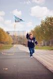 有风筝的小男孩在公园 免版税库存图片
