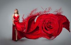 有风红色和白色礼服的金发碧眼的女人 免版税图库摄影