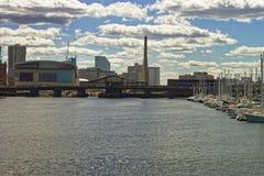 有风船的码头在查尔斯河和Zakim桥梁波士顿 库存图片