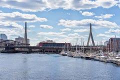 有风船的码头在查尔斯河Zakim桥梁波士顿麻省 库存图片