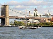 有风船的纽约布鲁克林大桥 库存图片