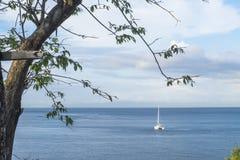有风船的美丽的海在背景 图库摄影