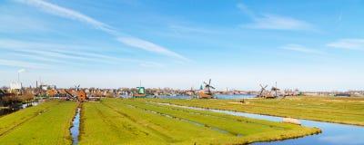 有风车的全景在Zaanse Schans,传统村庄,荷兰,北荷兰省 免版税库存照片