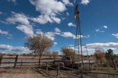 有风车的圣马科斯新墨西哥古色古香的卡车 图库摄影