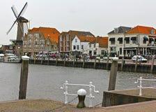 有风车的荷兰语江边 库存图片