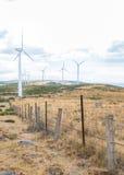 有风轮机的能源厂在开放领域背景中 免版税库存图片