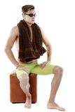 有风镜和毛巾的年轻可爱的白种人人游泳者是 免版税图库摄影