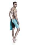 有风镜和毛巾的年轻可爱的白种人人游泳者 库存图片