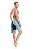 有风镜和毛巾的年轻可爱的白种人人游泳者 库存照片