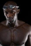 有风镜的坚定的男性游泳者 免版税库存照片