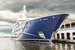 有风雨如磐的天空的科学或旅游业船 免版税图库摄影