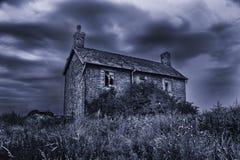 有风雨如磐的天空的老荒废鬼的被困扰的房子 图库摄影