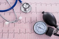 有风雨计测量仪和听诊器的血压计有电镀物品的 图库摄影