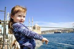 有风头发,码头的一个小女婴,当它艰苦吹 库存照片