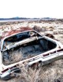 有风滚草的一辆被放弃的汽车 库存图片