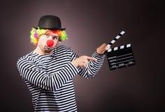 有飞剪机箱子的滑稽的小丑 免版税库存照片