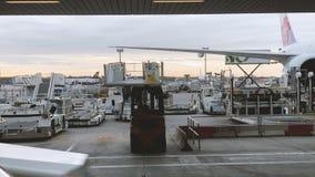 有飞机和货物装载的法兰克福国际机场 股票视频
