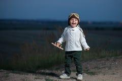有飞机的小男孩 免版税库存图片