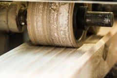 有飞机的木材加工机器在处理中 图库摄影
