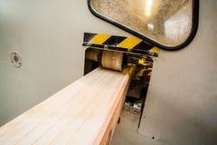 有飞机的木材加工机器在处理中 免版税图库摄影