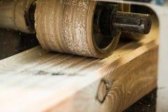 有飞机的木材加工机器在处理中 免版税库存照片