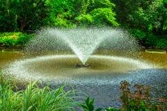 有飞溅的水庭院喷泉 免版税库存照片
