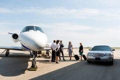 有飞行员和空中小姐的商人在 图库摄影
