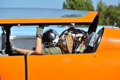 有飞行员的平面喷气式歼击机 免版税库存图片