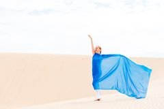 有飞行的蓝色围巾少妇 免版税图库摄影