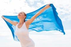 有飞行的蓝色围巾少妇 库存图片