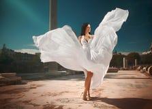 有飞行的飘渺,神的新娘,站立在临时雇员的发光的礼服 免版税库存图片