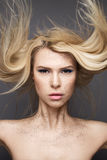 有飞行头发和创造性的构成的秀丽女孩 秀丽表面 免版税库存图片