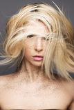 有飞行头发和创造性的构成的秀丽女孩 秀丽表面 免版税库存照片