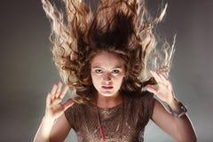 有飞行头发的神奇神秘妇女女孩 免版税库存图片