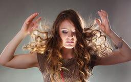 有飞行头发的神奇神秘妇女女孩 免版税库存照片