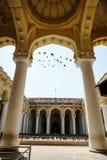 有飞鸟的印地安建筑学Thirumalai Nayakkar玛哈尔宫殿通过曲拱片刻在马杜赖 图库摄影