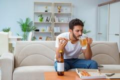 有食人的薄饼在家放松休息的饭菜外卖点 免版税库存图片