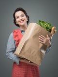 有食品杂货袋的葡萄酒妇女 免版税图库摄影