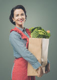 有食品杂货袋的葡萄酒妇女 免版税库存图片