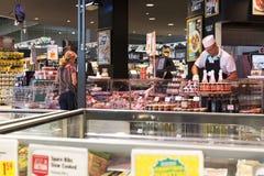 有食物和饮料Merkur架子的超级市场在奥地利 免版税库存图片