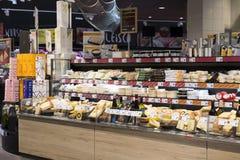 有食物和饮料Merkur架子的超级市场在奥地利 图库摄影