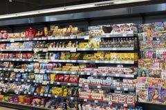 有食物和饮料Merkur架子的超级市场在奥地利 库存图片
