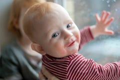 有食物过敏的显示的婴孩 免版税库存图片