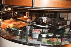 有食物预习功课的餐馆厨房的服务 库存照片
