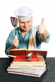 有食谱书的厨师。 免版税库存图片